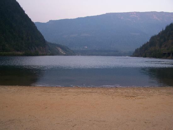 Three Valley Lake Chateau & Ghost Town: View of the lake and the beach