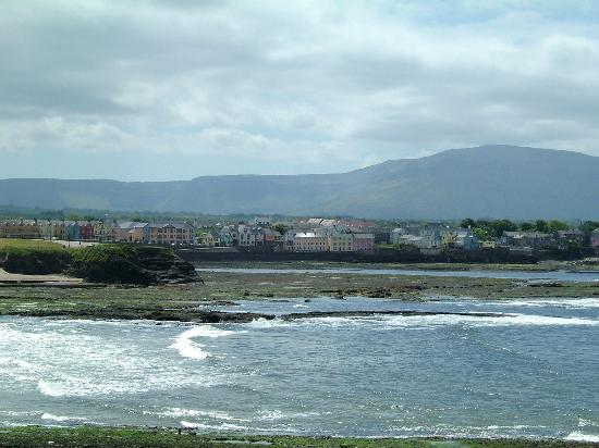 ‪‪Bundoran‬, أيرلندا: Hotel in middle of picture‬