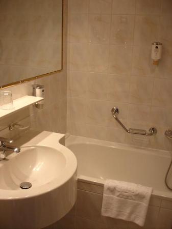 Hotel Stefanie: Bathroom
