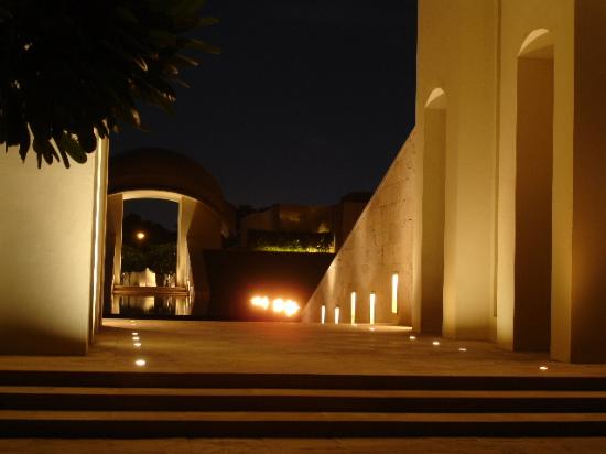 Trident, Gurgaon: Entrance - at night