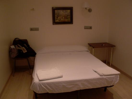Hostal Ciudad Condal: shabby little bed w/ 2 thin towels