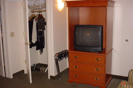 Inn off Capitol Park: Bedroom area, closet, TV