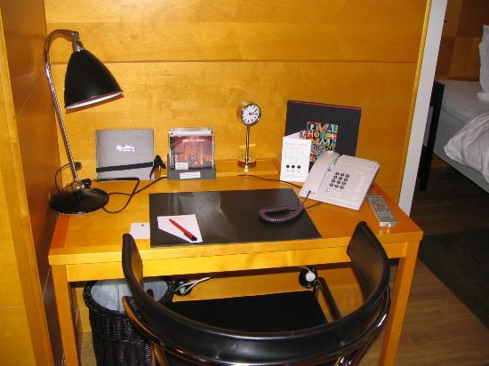 Hotel Rival: Desk