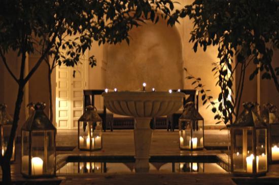 Dar Les Cigognes: Courtyard at night