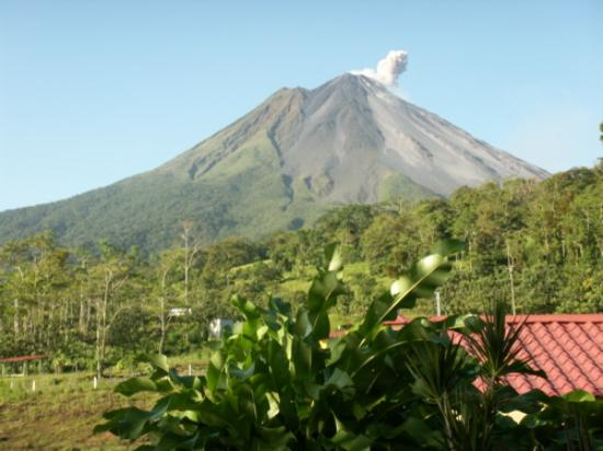 Arenal Volcano Inn : The volcano from our room