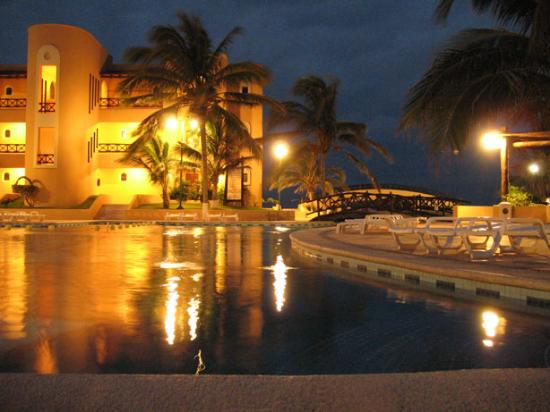Telchac Puerto, Mexico: Pool at night