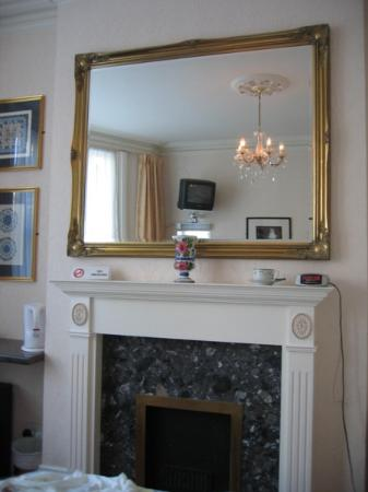 Boydens: Room seen in mirror over fireplace