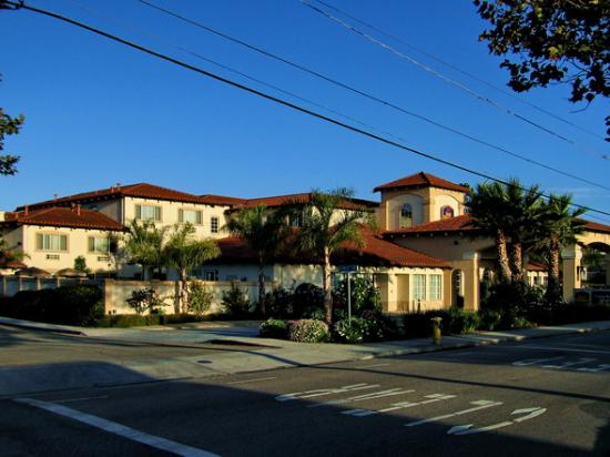 BEST WESTERN PLUS Capitola By-the-Sea Inn & Suites: View of the front entrance to the hotel.
