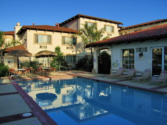 Best Western Plus Capitola By-The-Sea Inn & Suites: View of the swimming pool.