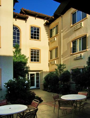 Best Western Plus Capitola By-The-Sea Inn & Suites: View of the courtyard.