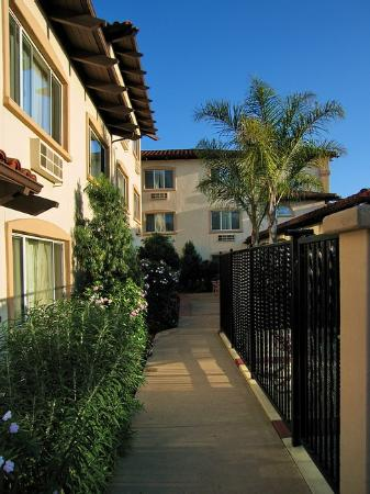 Best Western Plus Capitola By-The-Sea Inn & Suites: View of the interior walkway. Note the landscaping.