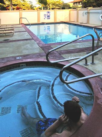 BEST WESTERN PLUS Capitola By-the-Sea Inn & Suites: View of the hot tub.