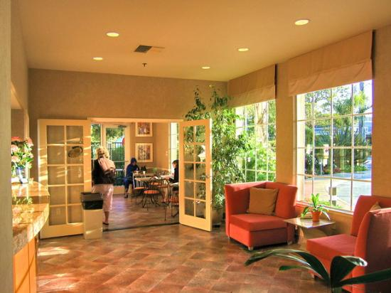 BEST WESTERN PLUS Capitola By-the-Sea Inn & Suites: View of the lobby looking to the breakfast room.
