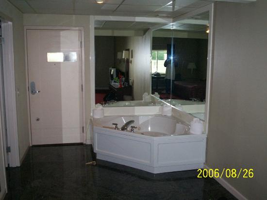 Comfort Inn Sandusky: jacuzzi tub in our room