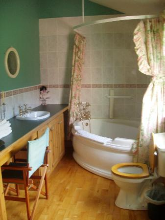 Headley Court B&B: The beautiful jacuzzi tub we weren't allowed to use