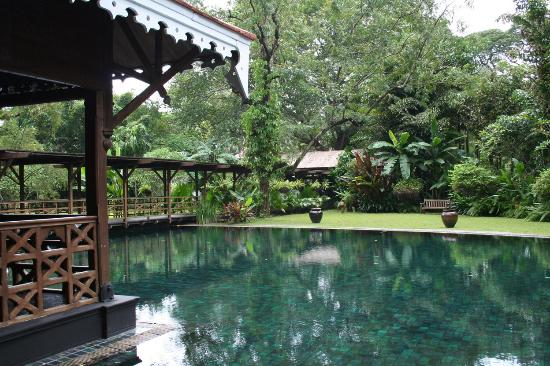 Belmond Governor's Residence: Another view of the pool from the lobby