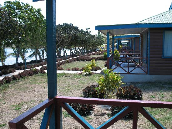 Korovou Eco Tour Resort : View of the beachfront cottages