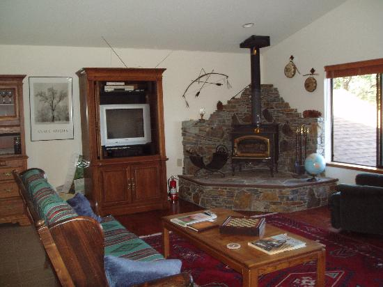 Yosemite West High Sierra Bed and Breakfast: High Sierra guest living room