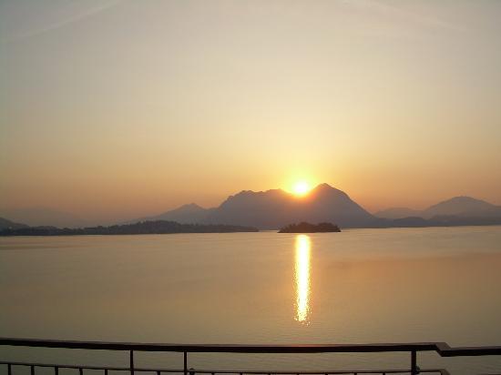 Baveno, Italia: Alba sul lago Maggiore