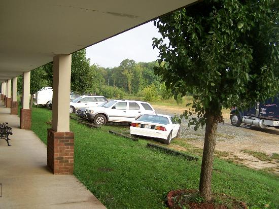 Quality Inn: rear parking area