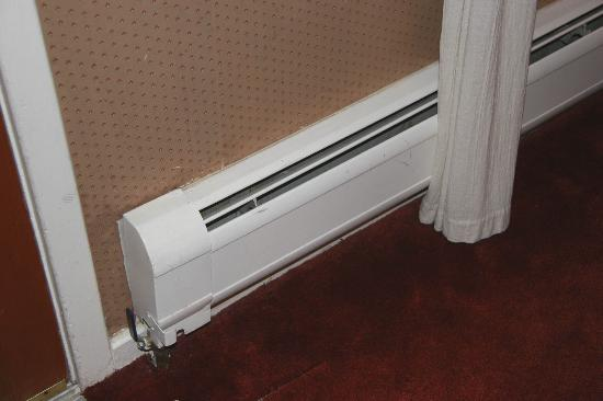 Wiesbaden Hot Springs Spa & Lodgings: Gas baseboard heat & curtains