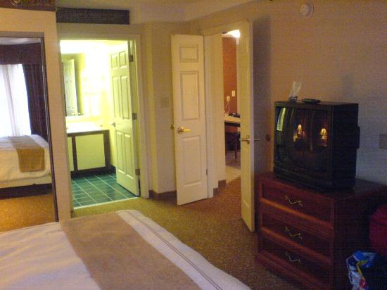 Homewood Suites by Hilton Raleigh-Durham AP / Research Triangle: Bedroom and bathroom