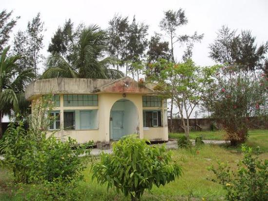 West Bengal, India: A Cottage of the Benfish Hotel  - looks ok from a distance - but..