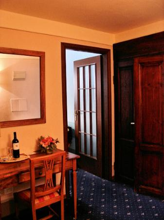 Relais Uffizi: foyer between bedroom and bathroom