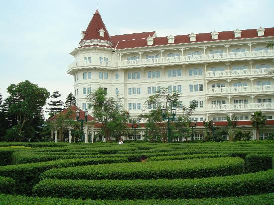 Hong Kong Disneyland Hotel : Another view looking from the maze garden.