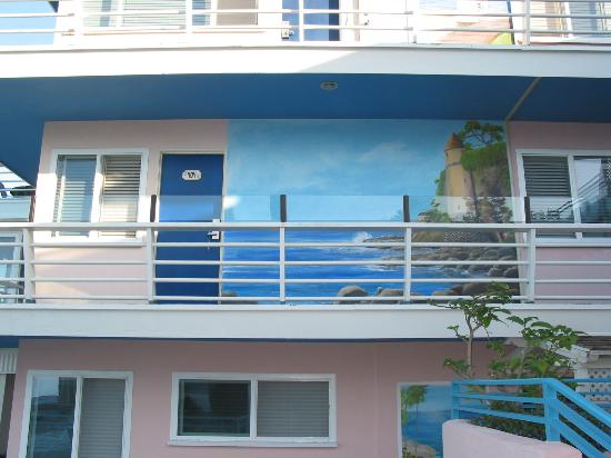 Laguna Riviera Beach Resort: A side view of the outside of the hotel rooms