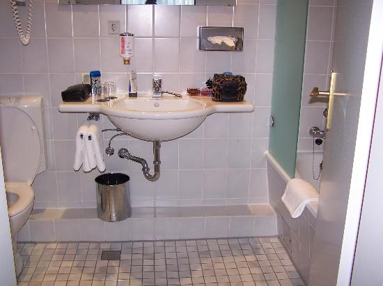Hotel Hafen Hamburg: Bathroom