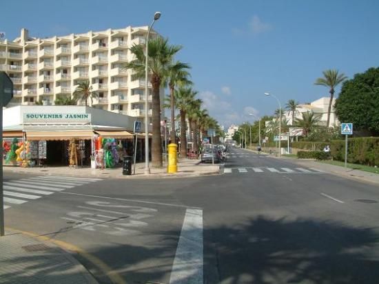 Protur Palmeras Playa: Early morning main shopping street towards Britania pub !