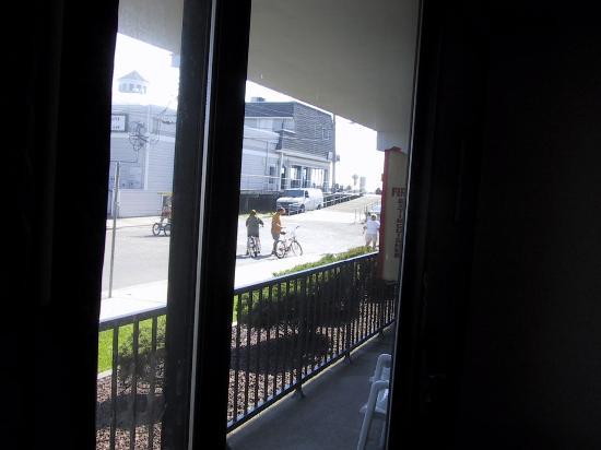 هاريس هاوس موتل: View from room (144) (Jilly's arcade and Mac and Manco's Pizza)