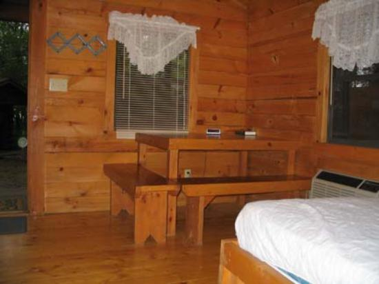 Shipshewana Campground & Amish Log Cabin Lodging: Camping cabin table