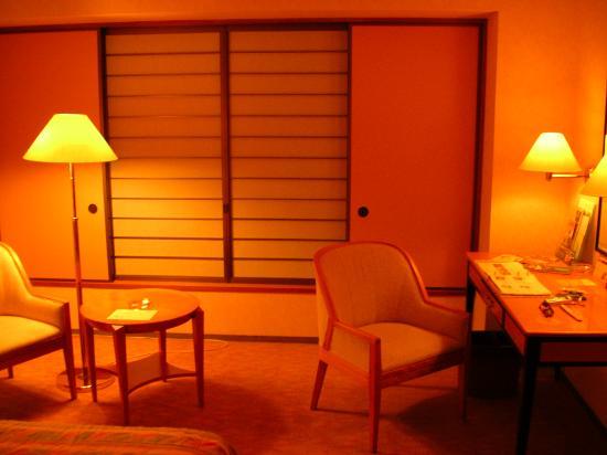 Hilton Tokyo Bay: desk & sitting area