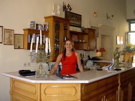 Casa Leone Boutique Hotel: Antonia at the reception desk