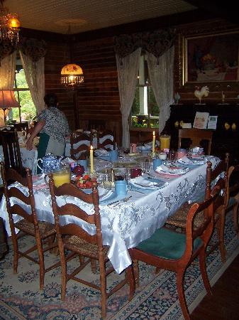 Howard Creek Ranch: Breakfast is served
