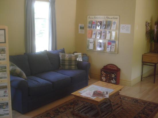 Glenghorm Beach Resort : Sofa in lobby area