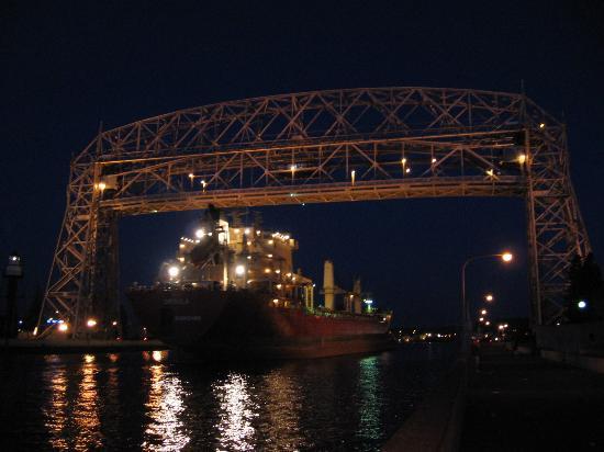 Hampton Inn Duluth: Lift bridge at dawn