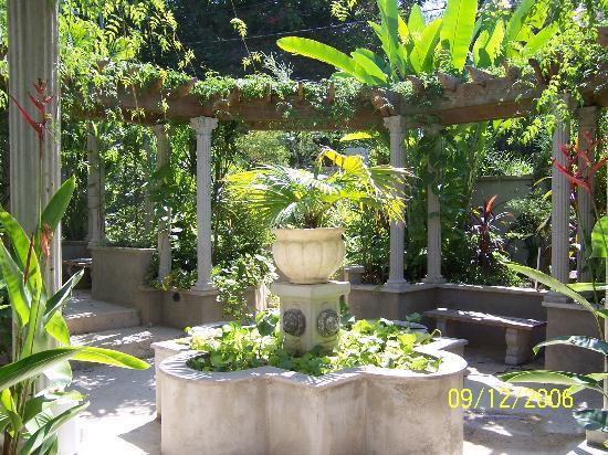 Blue Boy Inn: Fountain in center of garden