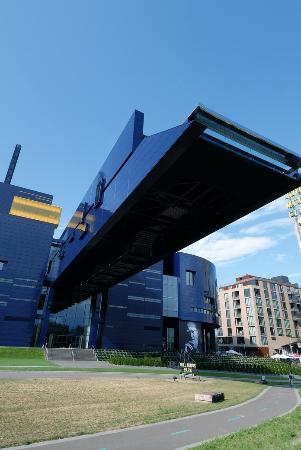 Guthrie Theater: Outdoor viewing area at the end of the 'bridge to nowhere'