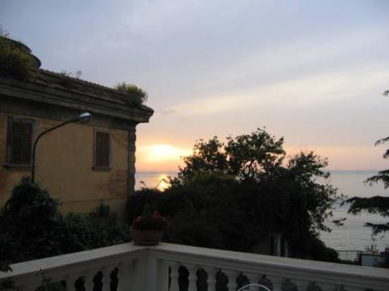 Villa Garden Hotel: The sunset from our balcony