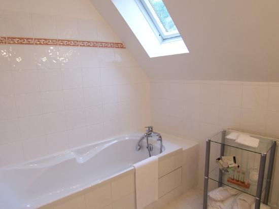Hotel Le Manoir les Minimes : Traditional room- bathroom