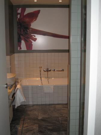 Sofitel Hamburg Alter Wall : Bathroom - tub straight ahead, shower on right
