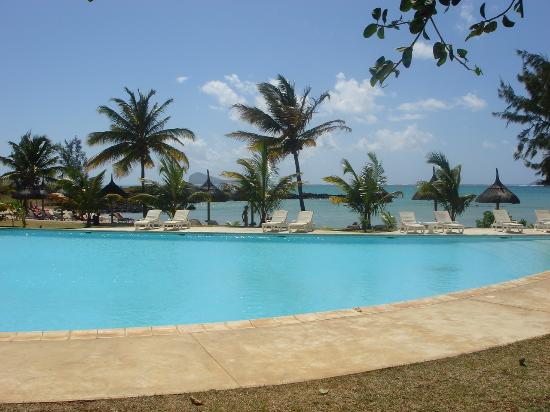 LUX* Grand Gaube: The pool at the back beach - Always fairly quiet and with good tray service from the Banyan Bar