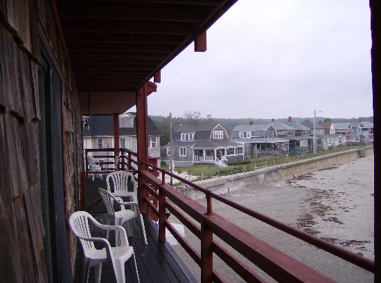 Cape Ann Motor Inn: The deck and concrete boardwalk