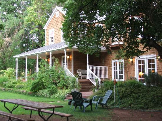 Sunflower Hill, A Luxury Inn: garden