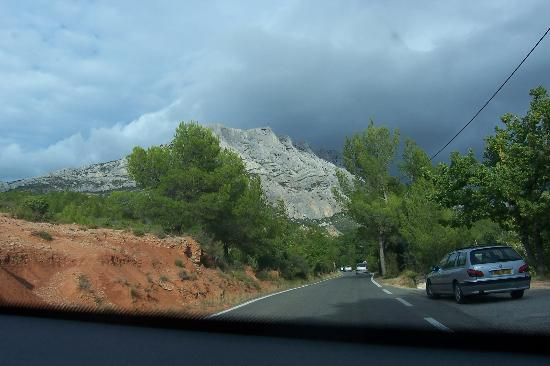 Montagne Sainte Victoire: approaching from Aix