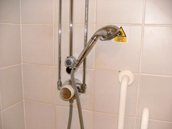 Campanile Leicester: Damage to shower head