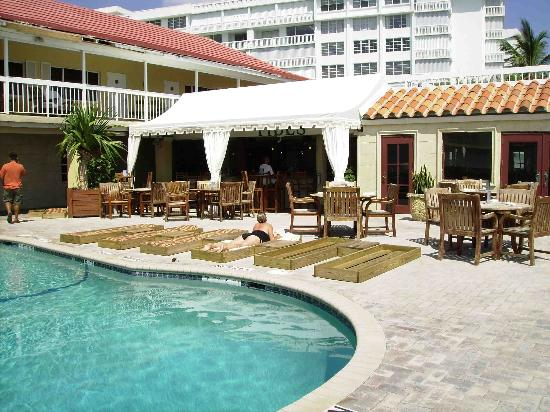 Palm Beach Oceanfront Inn: Tides Bar and Pool Area
